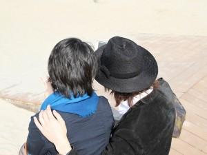 女性の肩に手を乗せる男性