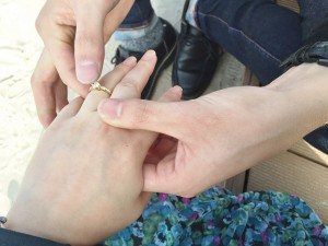女性に指輪をはめる男性