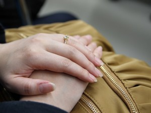 指輪をはめた手