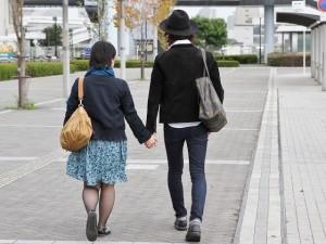 手を繋いで歩く男女