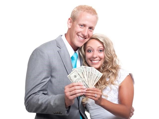 一緒にお金を持つカップル