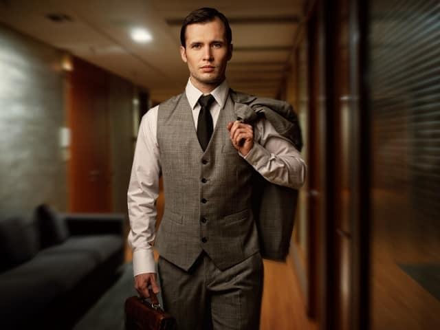 スーツを着てこちら歩いてくるイケメン