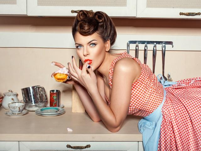 キッチンでお菓子を食べる女性