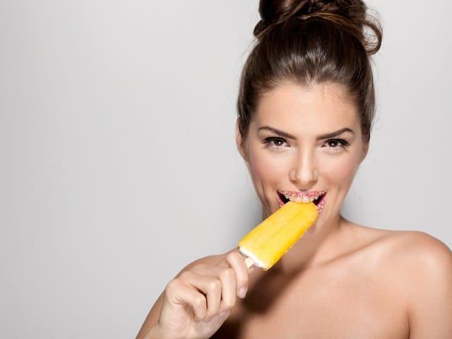 アイスキャンデーを食べる女性
