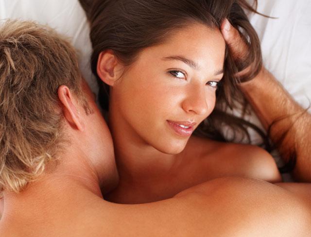 首元にキスされる女性