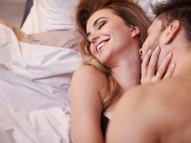 女性の首にキスする男性