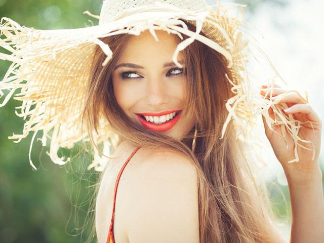 夏ファッションに身を包む女性