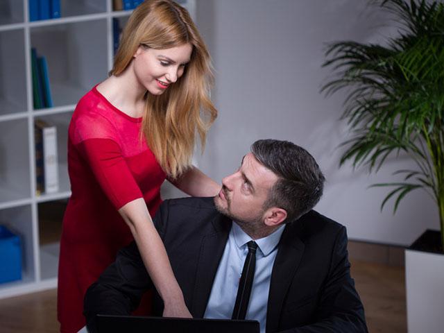 職場で親しげにする男女