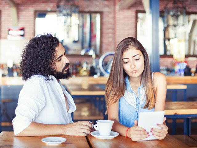 デート中に不満そうな女性