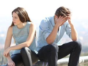 頭を抱える男性と悩む女性