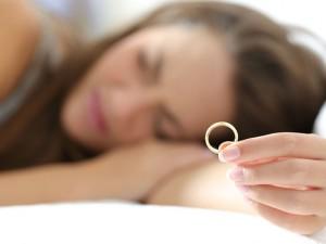 指輪を持ち悩む女性