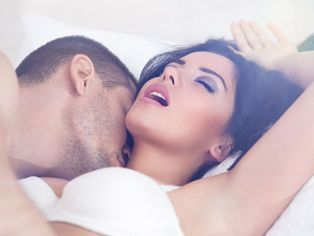 ベッドで愛し合うカップル