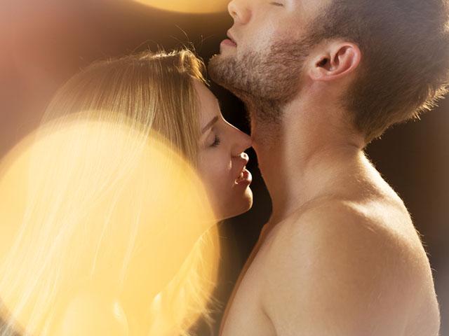 暗がりでキスするカップル