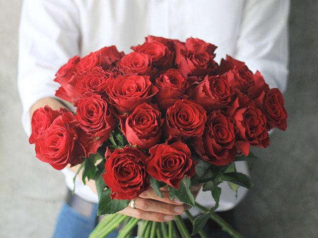 バラの花束を贈る男性