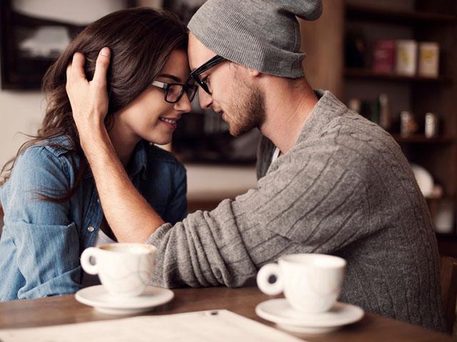 カフェでデート中のカップル