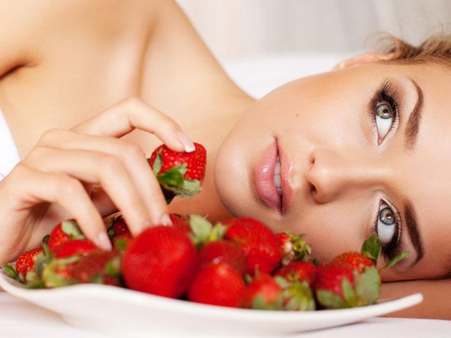 苺を食べる美しい女性