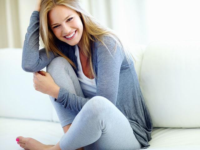 照れながら微笑む女性