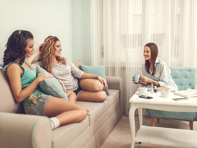 家で集まる女性たち