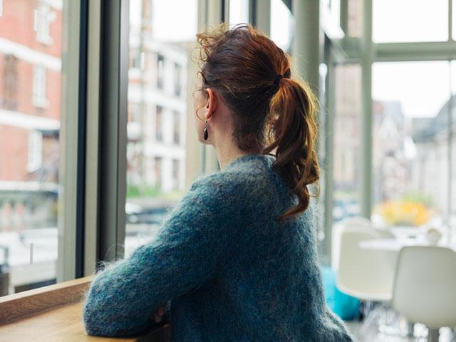窓を眺める女性