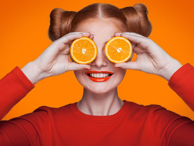 フルーツを手に持つ女性