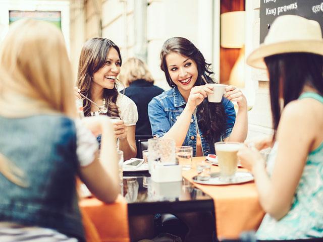 カフェで語り合う女性たち